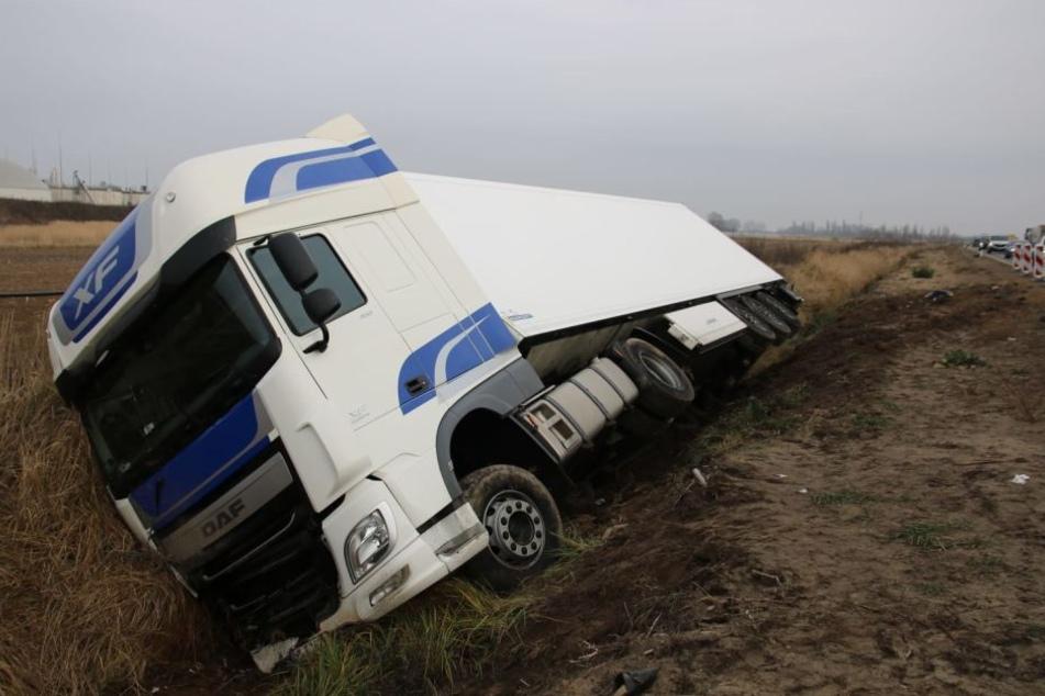 In der Nacht zu Dienstag krachte ein polnischer Sattelzug von der A10 in den Straßengraben.