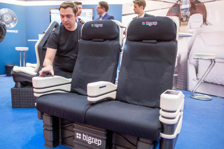 Daniel Büning stellt im 3D-Drucker hergestellt Flugzeugsitze der Firma BigRep auf der Fachmesse Aircraft Interiors Expo vor.