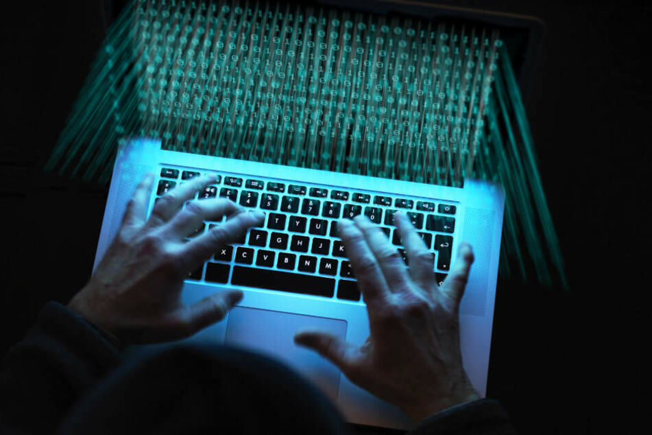 """Die vier Männer erbeuteten 1,1 Millionen Euro durch """"Phishing-Mails""""."""