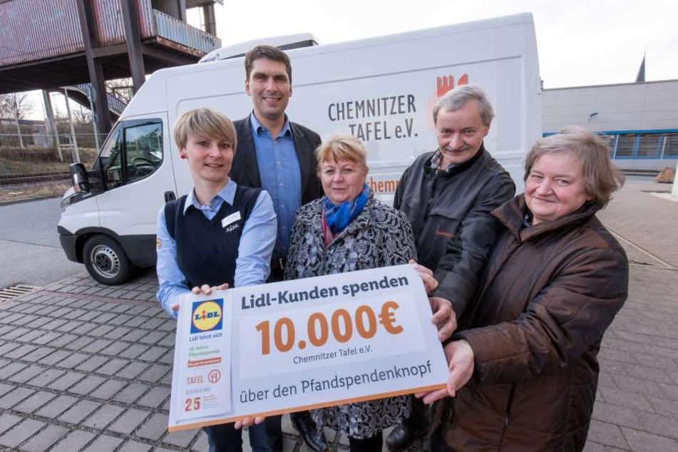 10.000 Euro: Linda Hörig (31, v.l.) und Daniel Voigtländer (37) von Lidl sowie Christiane Fiedler (58), Christoph Burkhardt (60) und Rita Müller (60) von der Tafel freuen sich.