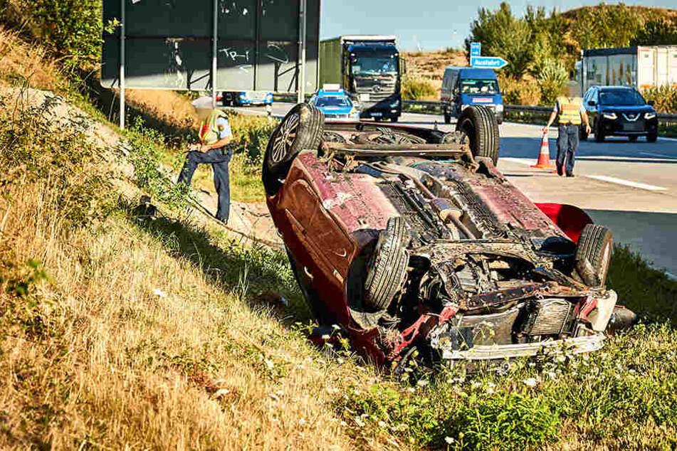 Ein roter Renault überschlug und blieb im Seitengraben auf dem Dach liegen.