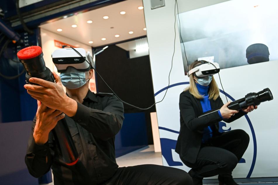 Vaihingen an der Enz im März: Ein Mann und eine Frau simulieren in einem Container mithilfe von VR-Brillen das Löschen eines Feuers. Das Projekt soll mehr Nachwuchs für den Bevölkerungsschutz gewinnen.