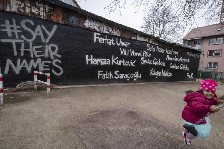 An einer Hauswand in Hanau sind die Namen der Opfer aufgesprüht.