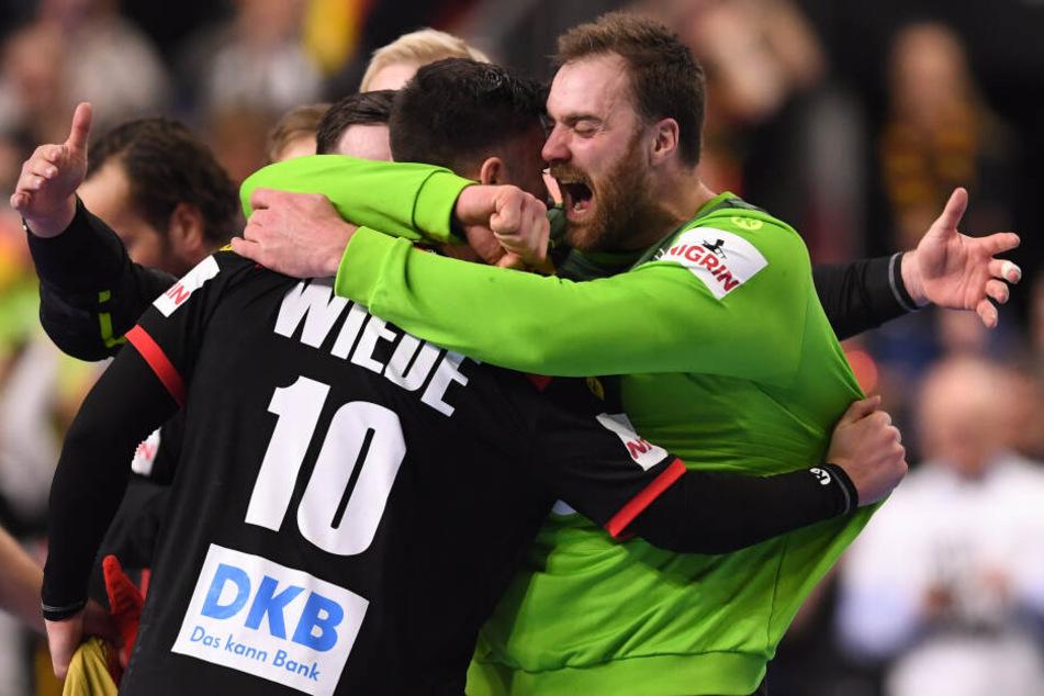 Freude pur bei den Matchwinnern: Fabian Wiede (l.) und Andreas Wolff (r.).