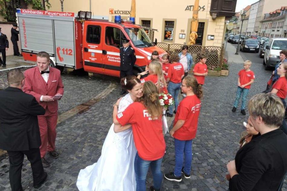 Kinder der Jugendfeuerwehr Kleinbardau beglückwünschten die Braut auf dem Grimmar Marktplatz.