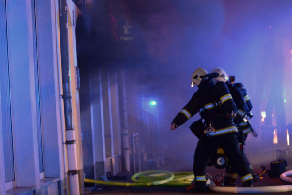 Dichter Rauch quillt aus der Shishabar, als die Feuerwehr eintrifft.