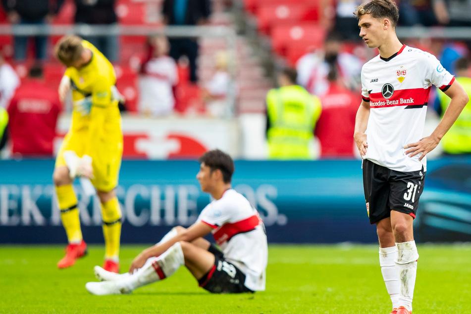 Die VfB-Kicker Florian Müller (23, v.l.), Hiroki Ito (22) und Mateo Klimowicz (21) sind nach der Pleite gegen den SC Freiburg enttäuscht.
