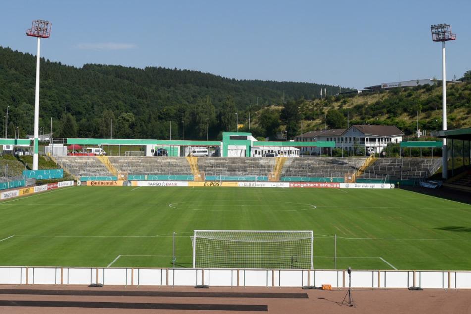 Kein Fußball mehr im Siegener Leimbachstadion: Auch in der Oberliga Westfalen wird der Spielbetrieb coronabedingt eingestellt und die Saison annulliert. (Archivfoto)