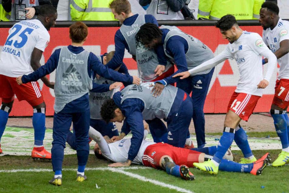 Hamburgs Pierre-Michel Lasogga lässt sich am Boden liegend von seinen Mitspielern für den Treffer zum 0:3. feiern.
