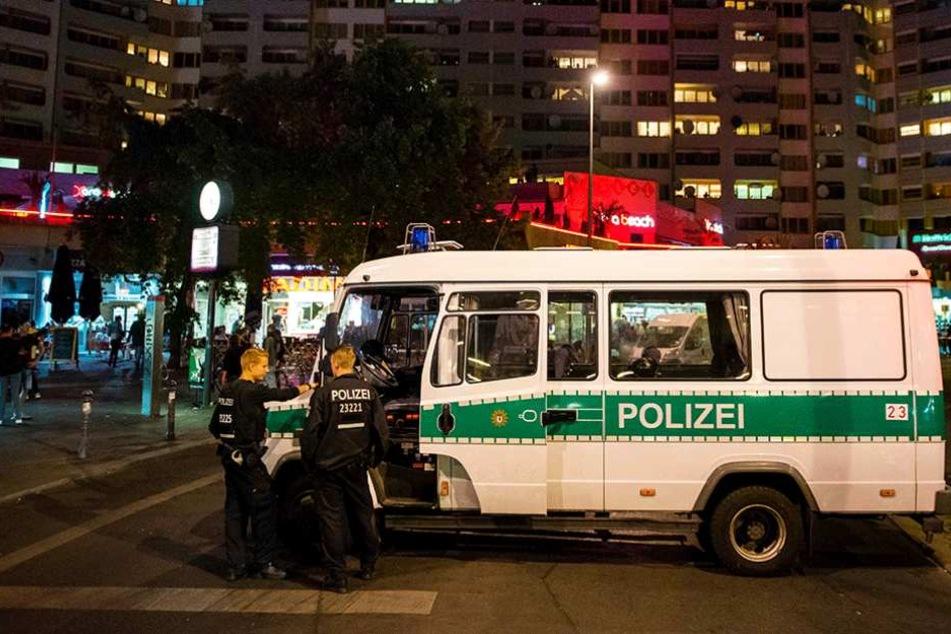 Ein Manschaftswagen der Berliner Polizei steht in der Adalbertstraße am Kottusser Tor.