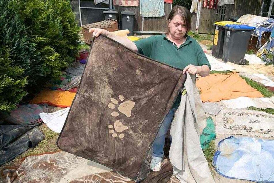 Tierheim-Mitarbeiterin Kerstin Heinzke (49) hat die Hundedecken zum Trocknen ausgebreitet.