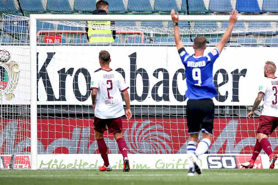 Der Anfang vom Ende. Fabian Klos (Mitte) bejubelt den Bielefelder Führungstreffer. Die Dresdner Brian Hamalainen und Linus Wahlqvist schauen dem Ball nur hinterher.