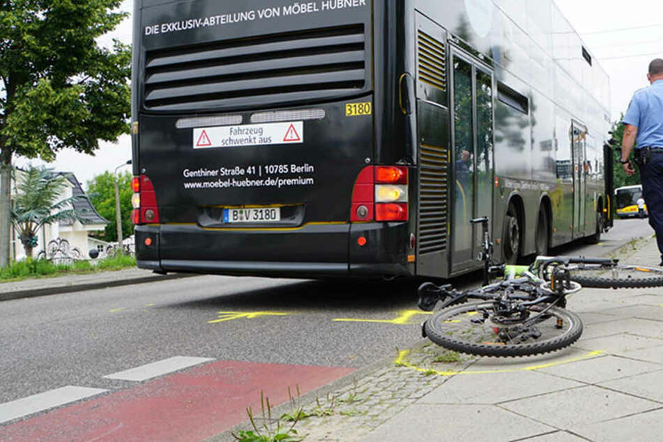 Hinter der Brücke setzt der Fahrradweg vom Bürgersteig auf die Straße über. An dieser Schnittstelle erfasste der Bus die Radfahrerin.