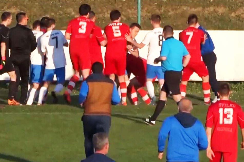 Fußballspiel eskaliert: Schiedsrichter wird Opfer von brutaler Attacke!