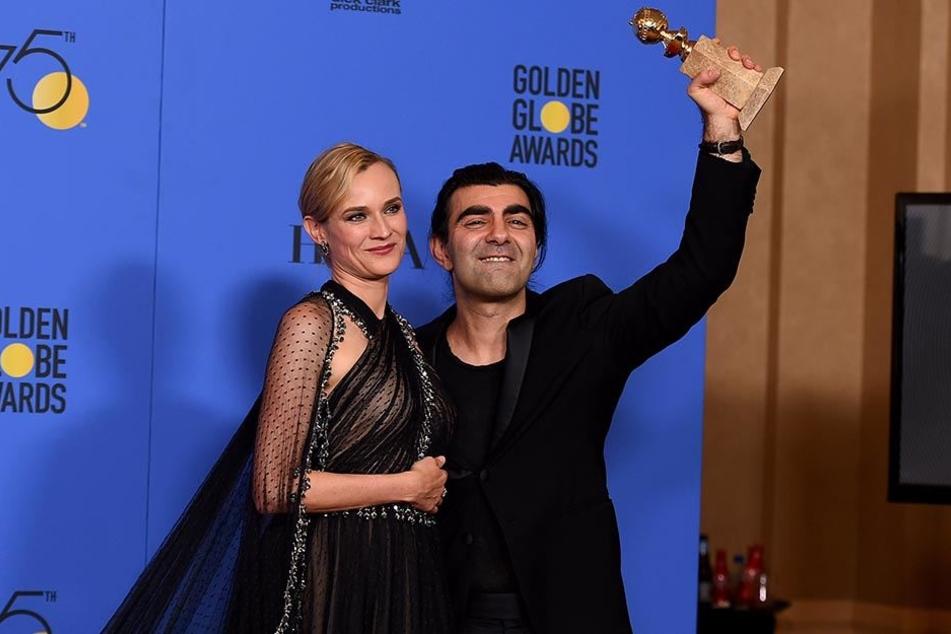 """Diane Kruger und Fatih Akin zeigen am 07.01.2018 im Rahmen der Verleihung der 75. Golden Globes die Auszeichnung für den besten nicht-englischsprachigen Film für """"Aus dem Nichts""""."""