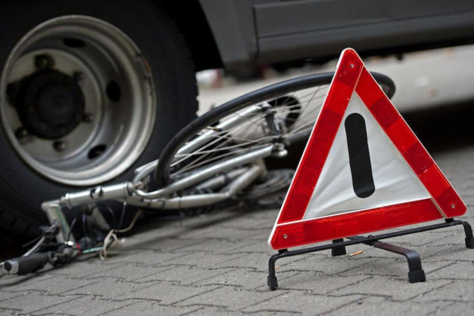 Schrecklicher Anblick: Ein Radfahrer wurde von einem Lkw überrollt. (Symbolbild)
