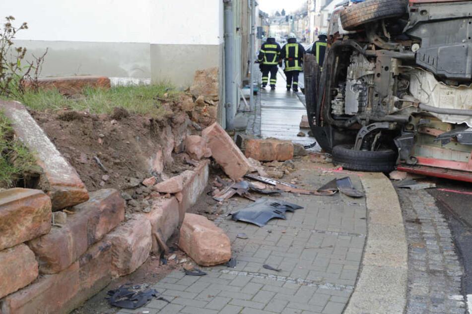 Der Transporter war gegen diese Mauer gekracht und durch den Aufprall umgekippt.