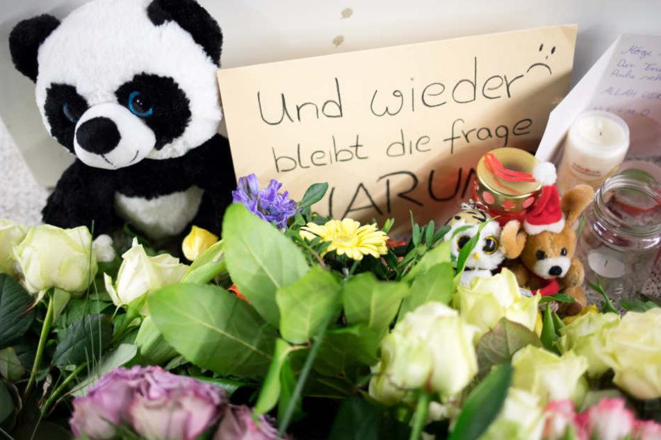 Zum Gedenken haben Menschen Blumen, Stofftiere und Briefe am Jungfernstieg abgelegt.