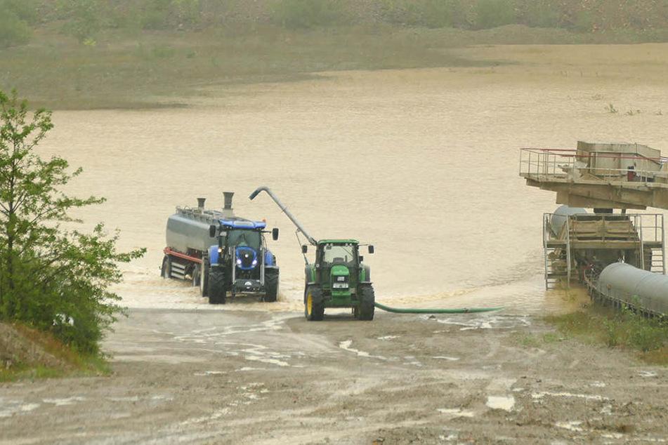 Traktoren helfen beim Auspumpen des Tagebaus im Eichsfeld.