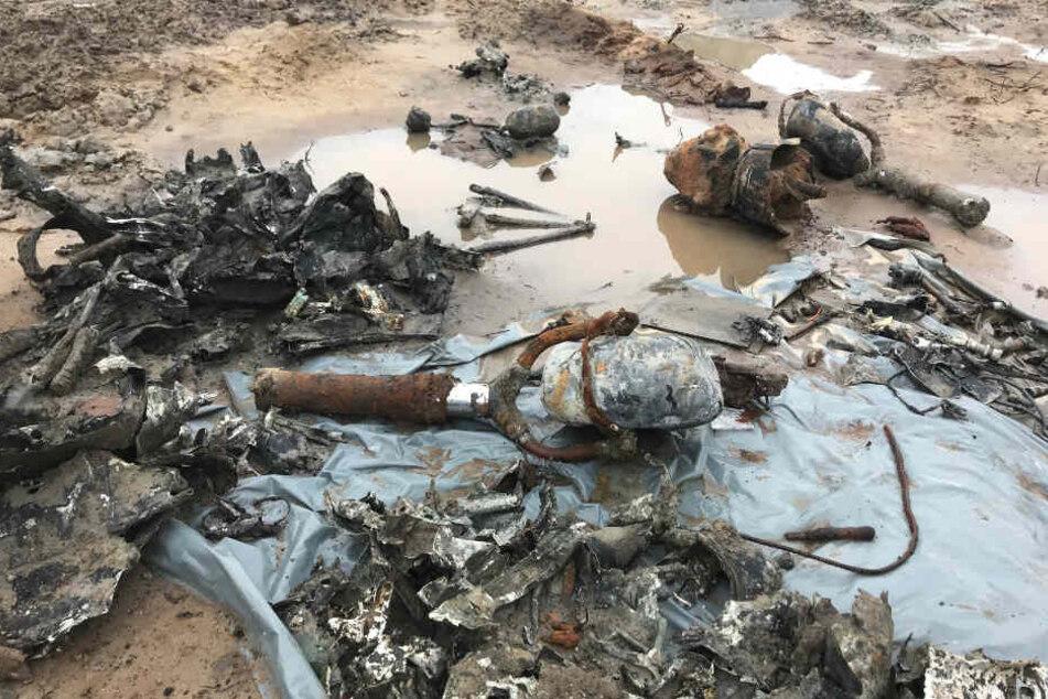 Bauarbeiter finden im Boden Flugzeug-Wrack und Knochen