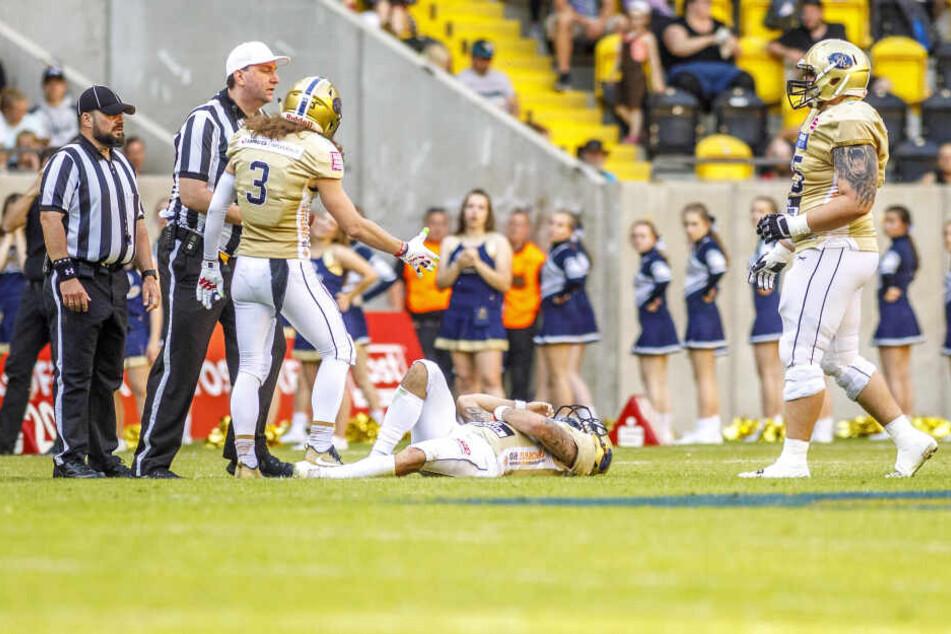 Vor Schmerzen am Boden liegend hielt sich Monarchs-Quarterback Zack Greenlee die Rippen, musste ins Krankenhaus. Zuvor hatte der Amerikaner einen Bodycheck abbekommen.