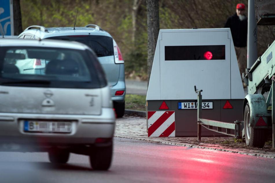 Auch parkende Anhänger an der Straßenseite können potentielle Blitzer sein.