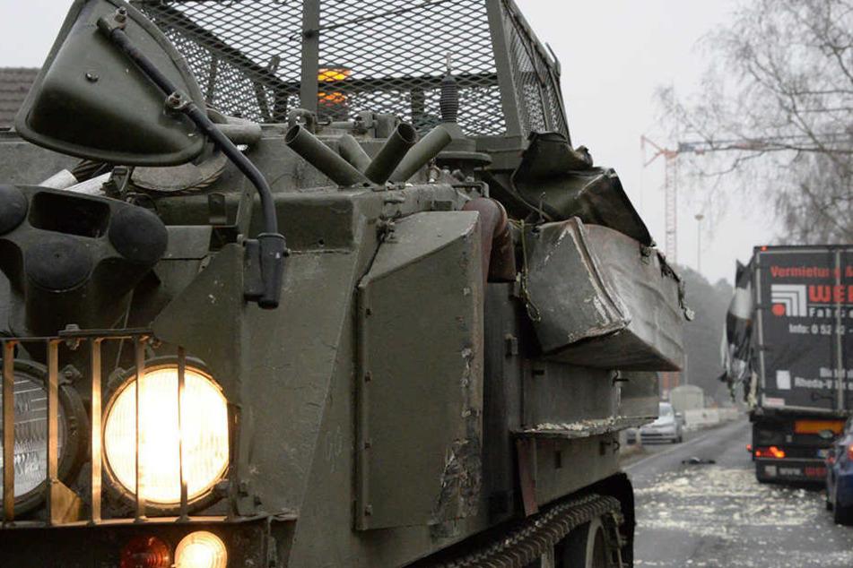 Britischer Panzer reißt Ladefläche von Sattelzug auf