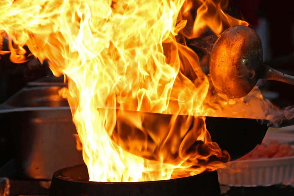 Das Feuer in der Pfanne griff auf die Küchenmöbel über.