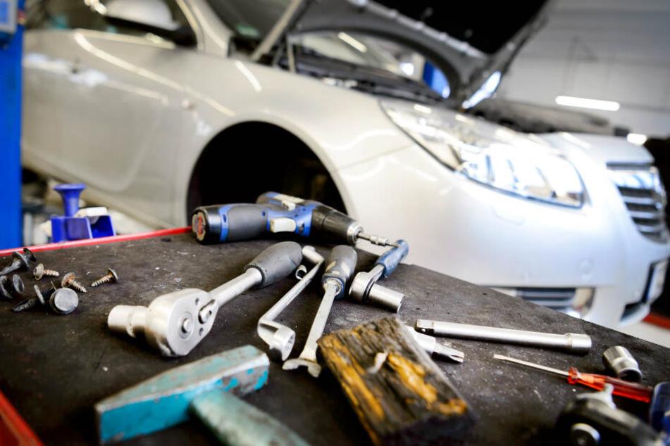 Junge Männer wählen in NRW häufig die Ausbildung zum Kraftfahrzeugmechatroniker oder Elektroniker.