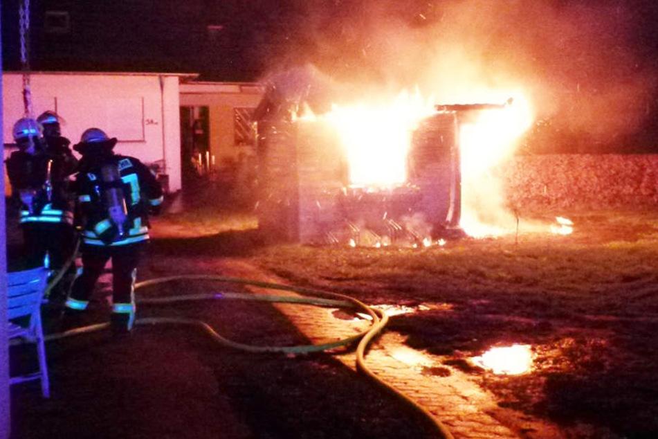 Die Hütte brannte lichterloh, als die Einsatzkräfte eintrafen.