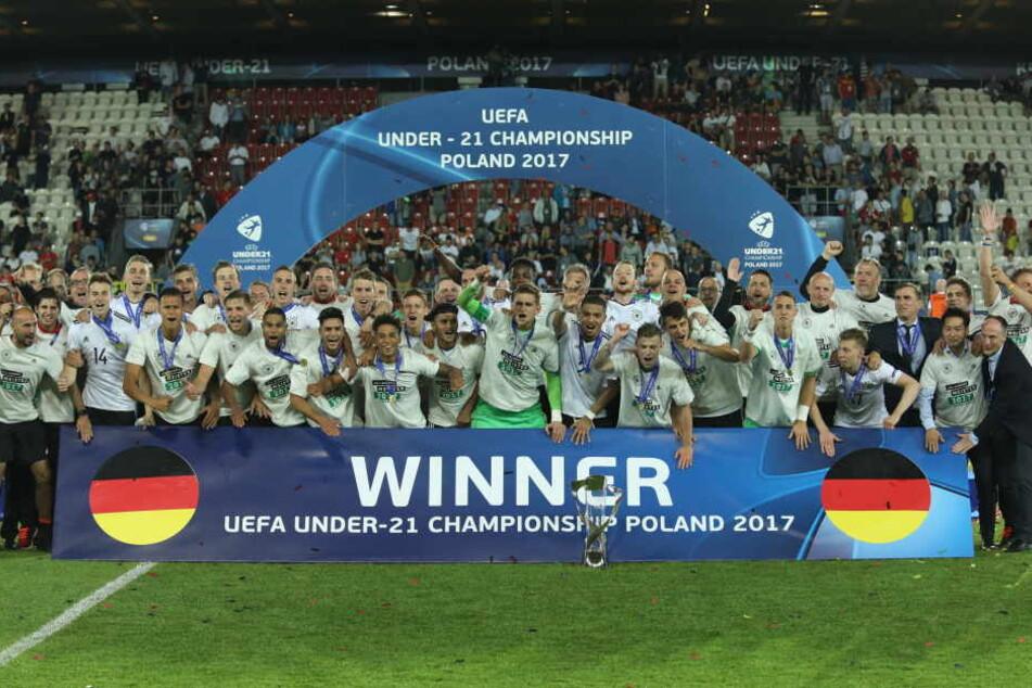 So sehen Sieger aus. Die Deutsche Mannschaft bezwang Spanien im Finale mit 1:0.