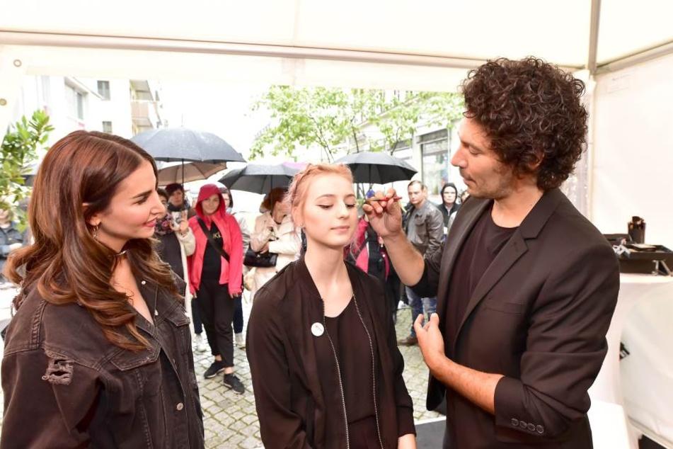 So wird's gemacht! Boris Entrup (39, r.) schminkt eine junge Chemnitzerin.  Promi-Kollegin Sila Sahin (31, l.) schaut gespannt zu.