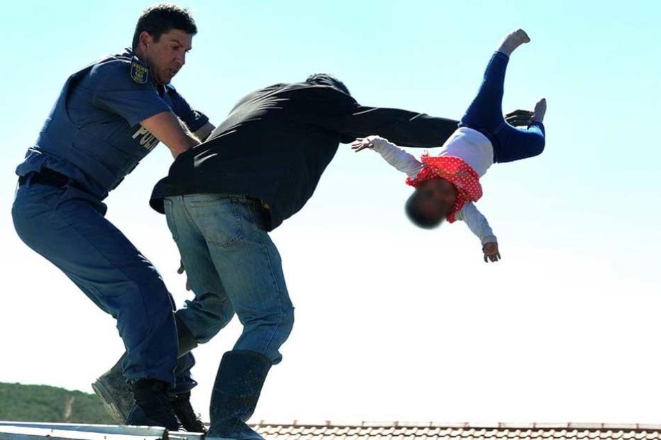 Dramatischer Polizeieinsatz: Vater schleudert Mädchen (1) vom Dach