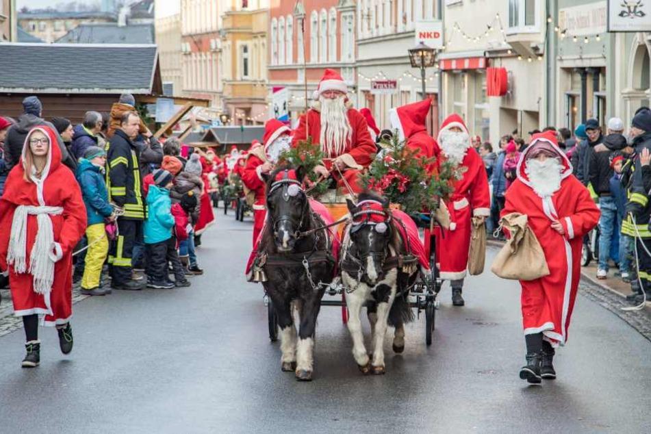 Mit Pferdegespannen zogen die Weihnachtsmänner zum Zwönitzer Markt.