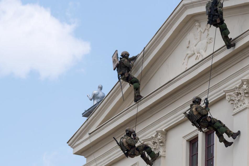 Die KSK-Männer an der Fassade des Militärhistorischen Museums. Zuvor hatten sie sich aus Hubschraubern abgeseilt.