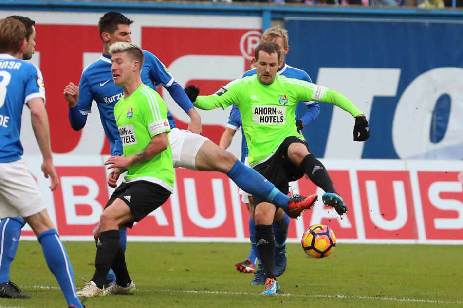Marco Kofler (Rostock) gegen den zweifachen Torschützen Anton Fink (r.,CFC). Links vorn: Philip Türpitz (CFC).
