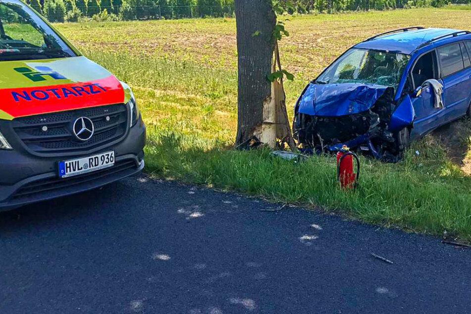 Berlin: Schwerer Unfall: Auto prallt gegen Baum