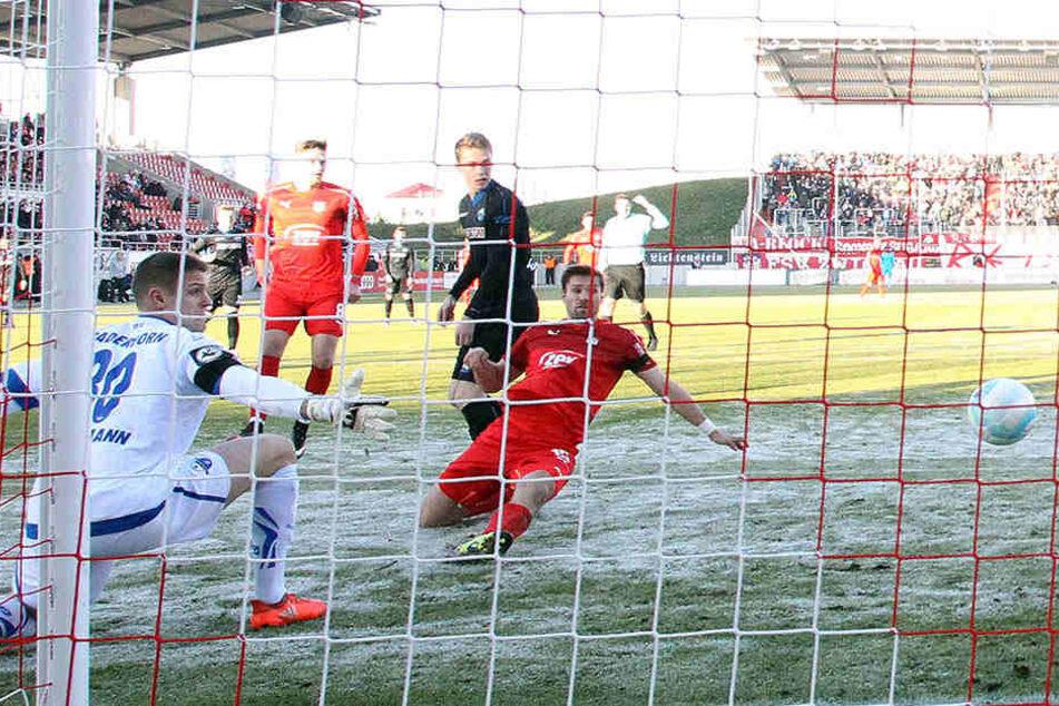 Ronny König (M.) erzielt das 1:0. Paderborn-Schlussmann Brinkmann hat das Nachsehen.