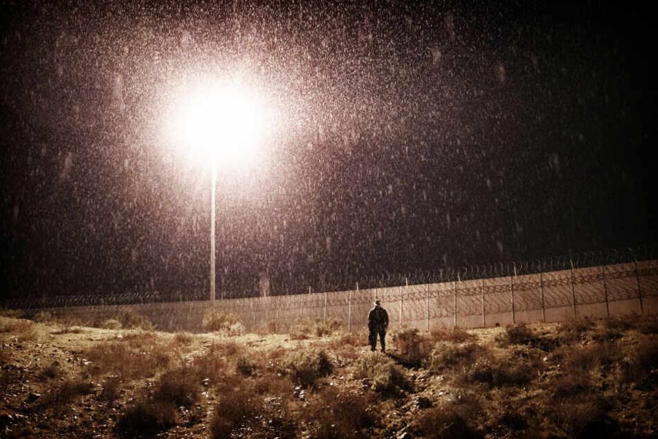 Ein Soldat des US-Grenzschutz bewacht den Grenzzaun zwischen San Diego und Tijuana (Symbolbild).