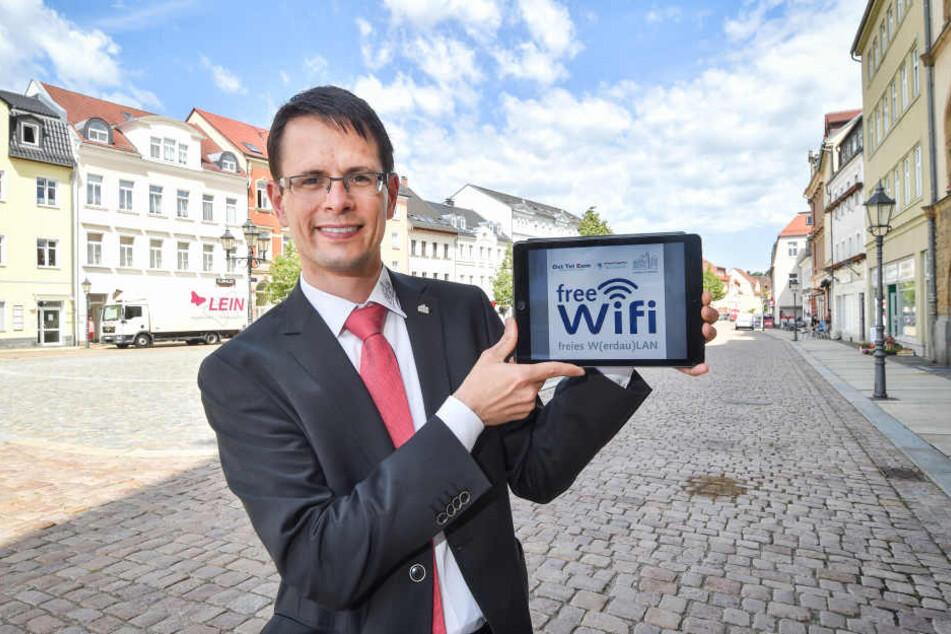 Werdaus Oberbürgermeister Stefan Czarnecki freut sich auf das kostenlose Internet.