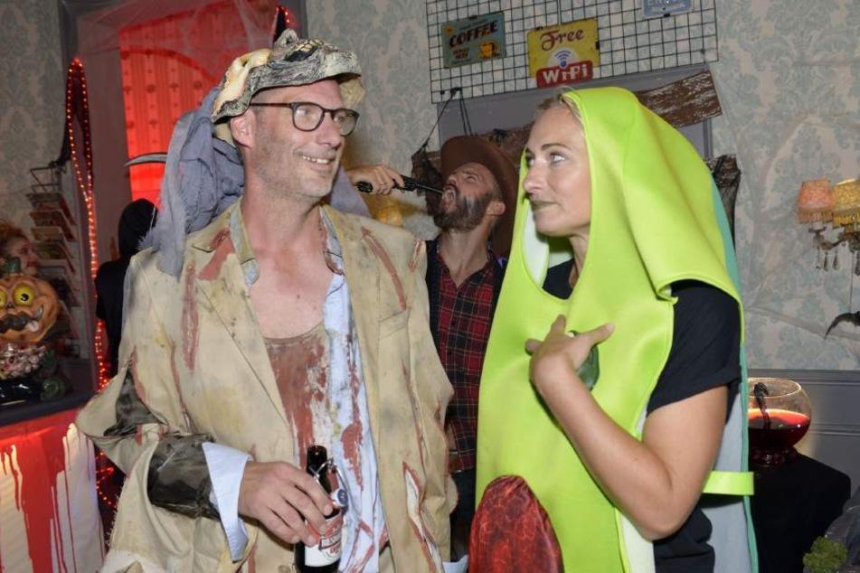 Zusammen feiern Maren (Avocado) und Alex (Zombie?) eine Halloween-Party im Vereinsheim.