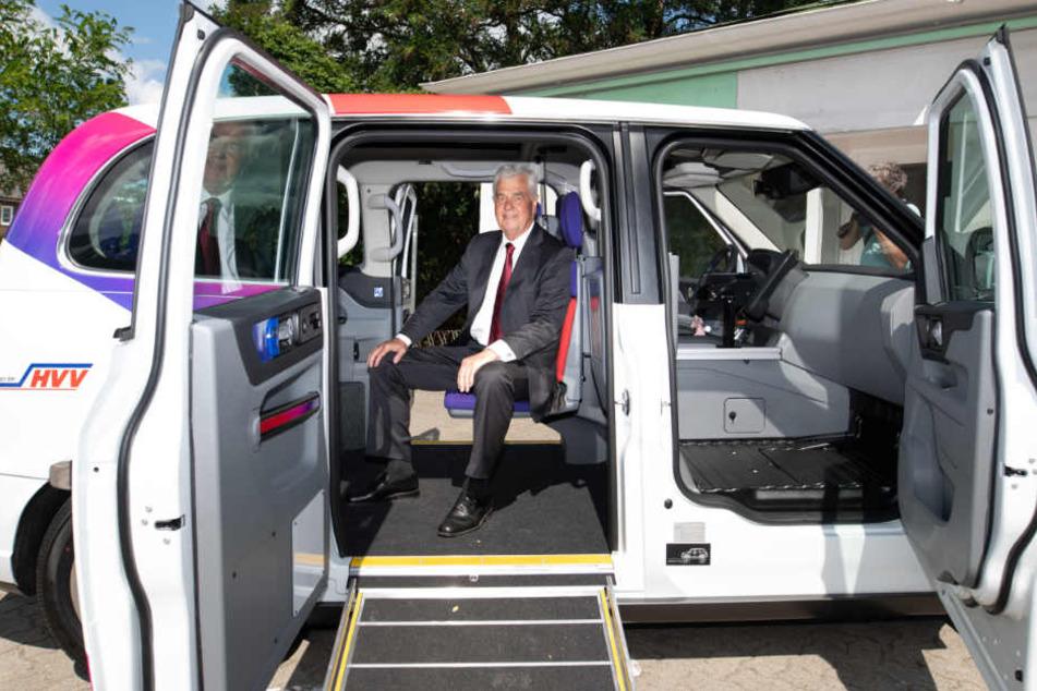 Wirtschaftssenator Frank Horch sitzt schon mal Probe im Shuttle.