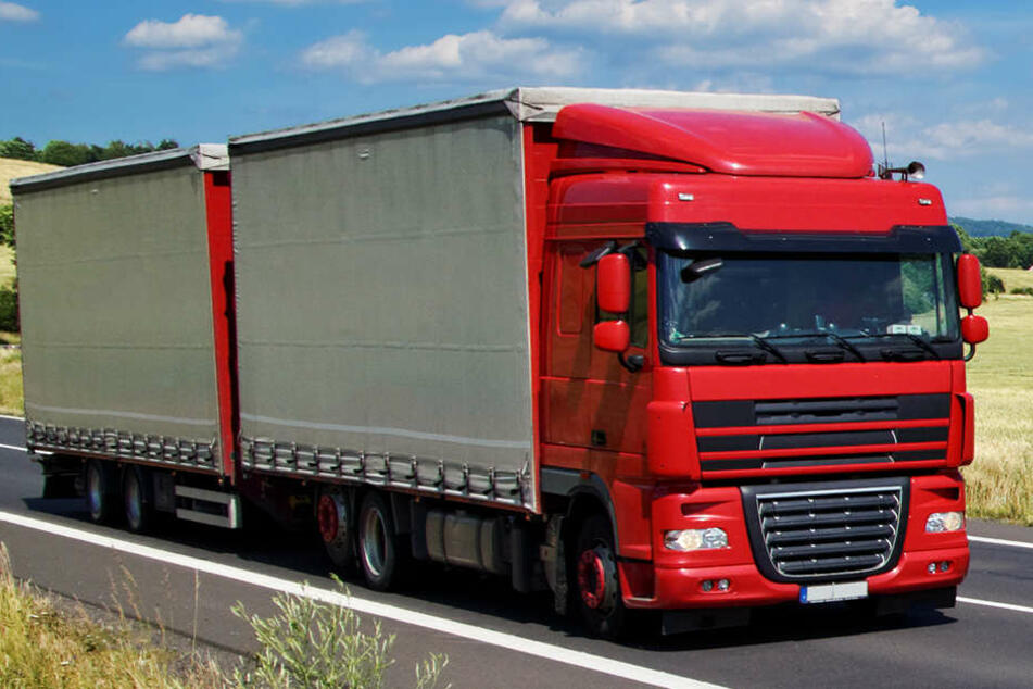 An der Autobahnabfahrt bei Roßla stellte sich ein LKW-Fahrer schützend vor einen PKW. (Symbolbild)