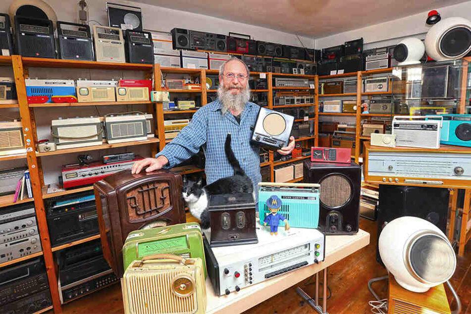 """Berthold Grenz (54) ist leidenschaftlicher Radio-Sammler. Seinen Angaben nach liegt die Zahl der Radios im """"vierstelligen Bereich""""."""