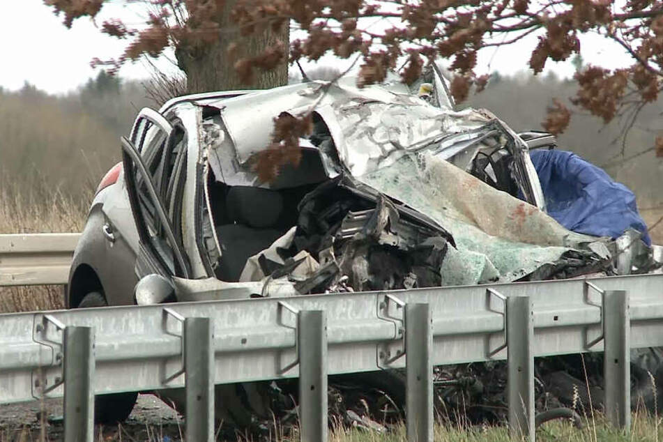Das Auto wurde bei dem Unfall zusammengedrückt.