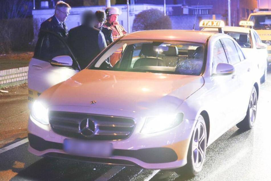 Das Taxi wurde nach dem Unfall von der Polizei sichergestellt.