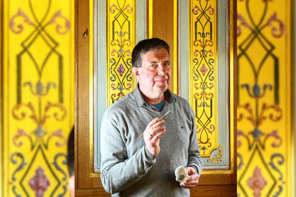 Holger Müller (53) ist einer von neun Künstlern, die die alten Malereien wieder an die Wände bringen.
