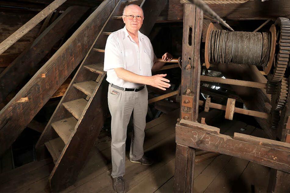 Dombaumeister Michael Kühn (73) zeigt die Kurbel des historischen Handaufzugs. Für die Bauarbeiten wird dieser wieder aktiviert.