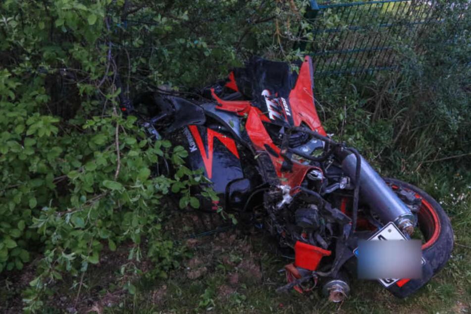 Tachonadel bei 220 km/h: Rasender Motorradfahrer entwurzelt Laternenmast