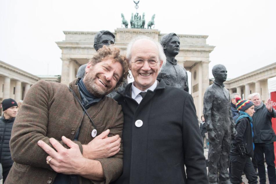Der italienische Bildhauer Davide Dormino (li.) und John Shipton, Vater von Julian Assange, nahmen Ende November 2019 vor dem Brandenburger Tor in Belrin an einer Demo für die Freiheit des Wikileaks-Gründers teil.